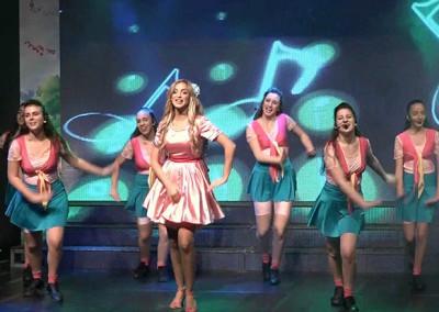 מירי תשירי עם רקדניות בבמה בהצגה לילדים