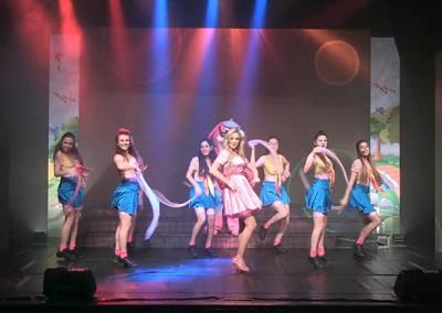 הצגת ילדים עם שלל רקדניות ותפאורה