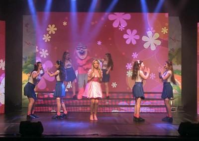 הופעה לילדים וכל המשפחה - רקדניות תפאורה והמון שמח
